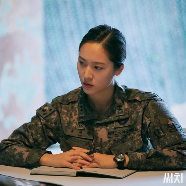 Sau Kim Ji Won, cuối cùng  đã xuất hiện nữ thần quân đội xứ Hàn: Cân luôn ảnh siêu cận, ánh mắt sắc lạnh gây bão MXH - Ảnh 4.