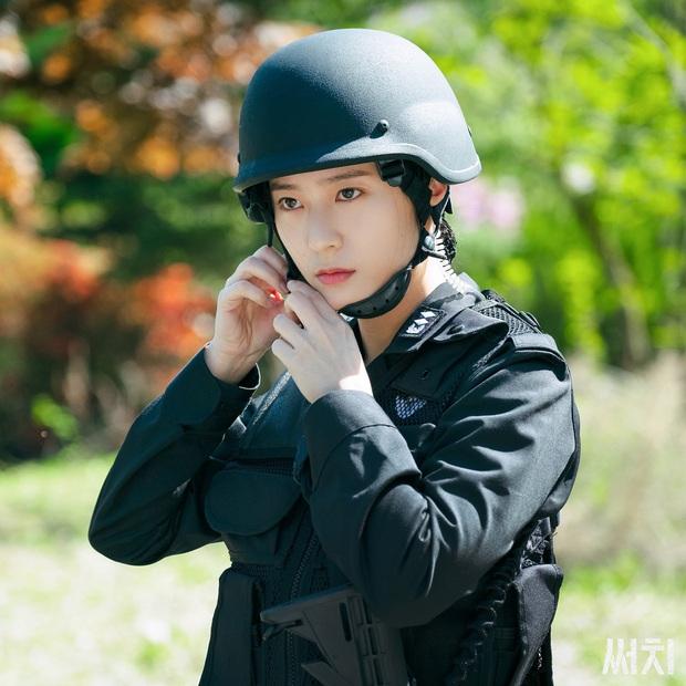 Sau Kim Ji Won, cuối cùng  đã xuất hiện nữ thần quân đội xứ Hàn: Cân luôn ảnh siêu cận, ánh mắt sắc lạnh gây bão MXH - Ảnh 3.