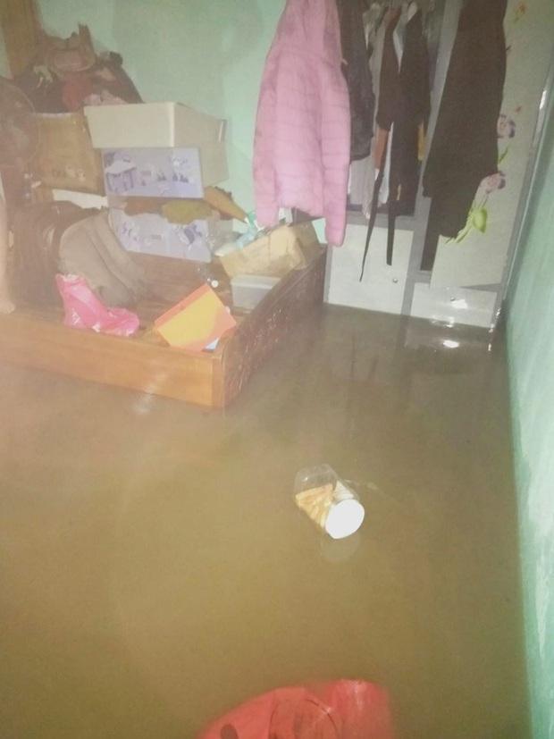 Sinh viên Đà Nẵng khóc ròng nhìn phòng trọ ngập tận mép giường, cả đêm thức trắng tát nước ra ngoài - Ảnh 6.