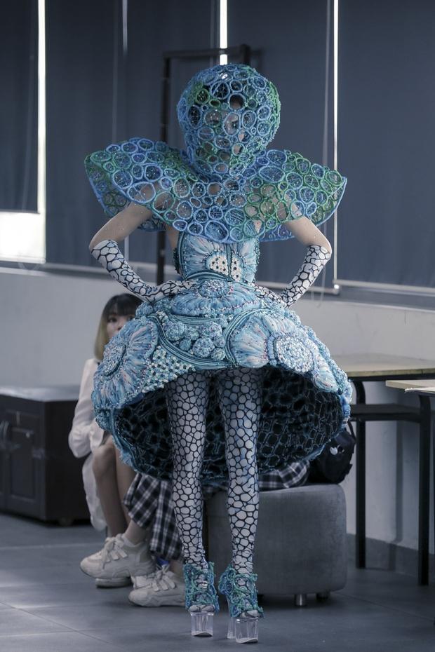 Lác mắt với đồ án cuối kỳ độc - lạ của sinh viên Thiết kế thời trang: Xem mà cứ ngỡ đang trong fashion show quốc tế - Ảnh 1.
