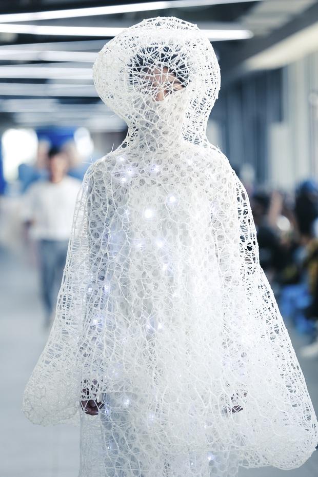 Lác mắt với đồ án cuối kỳ độc - lạ của sinh viên Thiết kế thời trang: Xem mà cứ ngỡ đang trong fashion show quốc tế - Ảnh 3.