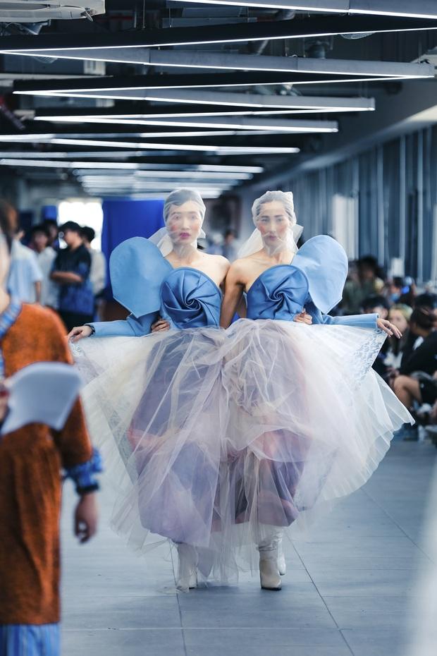 Lác mắt với đồ án cuối kỳ độc - lạ của sinh viên Thiết kế thời trang: Xem mà cứ ngỡ đang trong fashion show quốc tế - Ảnh 4.