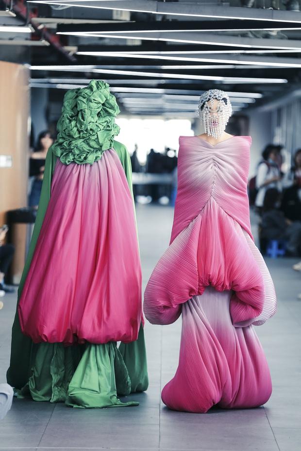 Lác mắt với đồ án cuối kỳ độc - lạ của sinh viên Thiết kế thời trang: Xem mà cứ ngỡ đang trong fashion show quốc tế - Ảnh 6.