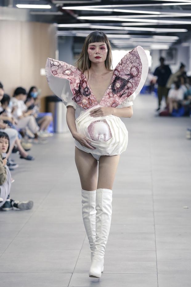 Lác mắt với đồ án cuối kỳ độc - lạ của sinh viên Thiết kế thời trang: Xem mà cứ ngỡ đang trong fashion show quốc tế - Ảnh 9.
