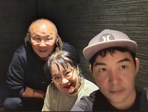 Vợ HLV Park Hang-seo được con trai cổ vũ hài hước khi cùng đi tập thể dục - Ảnh 3.