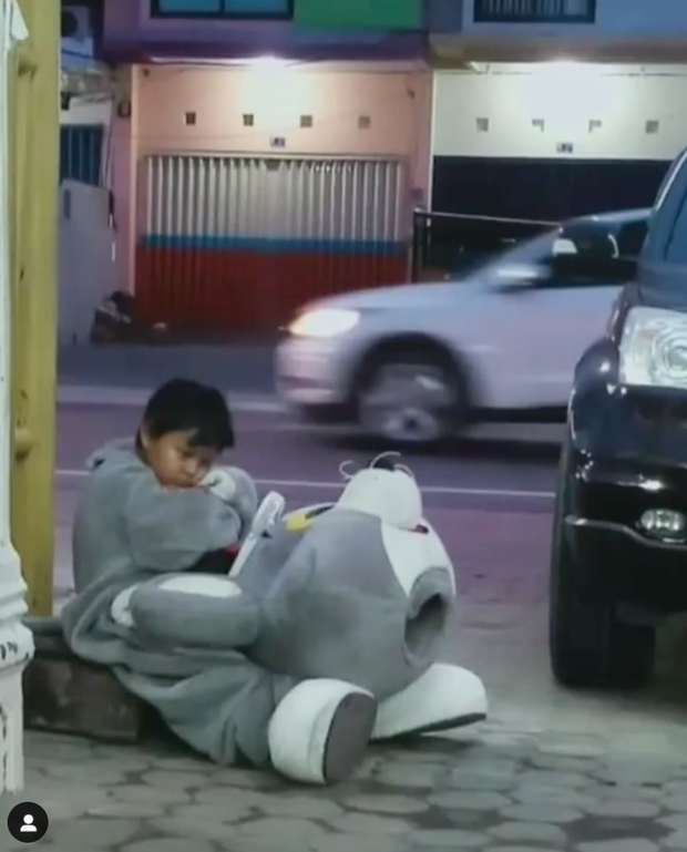 Bé trai 9 tuổi ngồi thất thểu trong trang phục mascot để kiếm tiền đóng học phí làm cư dân mạng nghẹn ngào - Ảnh 1.