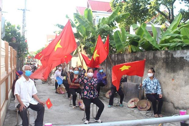 Hình ảnh đẹp tại khu dân cư cuối cùng tỉnh Hải Dương được dỡ bỏ phong tỏa, cách ly - Ảnh 1.