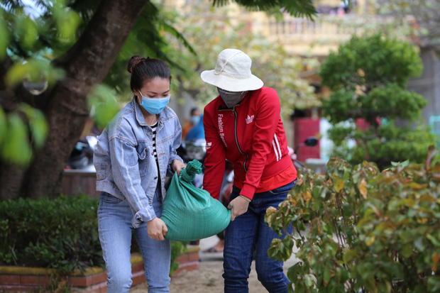 Quảng Bình: Bão đến nhà cô giáo mầm non leo mái nhà chống bão - Ảnh 1.