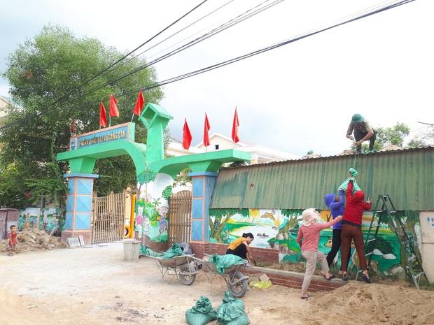 Quảng Bình: Bão đến nhà cô giáo mầm non leo mái nhà chống bão - Ảnh 3.