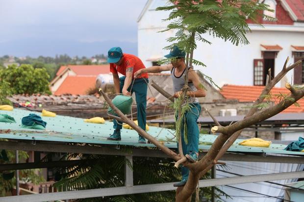 Quảng Bình: Bão đến nhà cô giáo mầm non leo mái nhà chống bão - Ảnh 5.