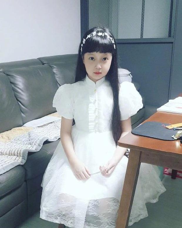 Jin Joo (Reply 1988) gây sốt với hình ảnh phổng phao tuổi lên 9: Thực thần nhí giờ tóc dài thướt tha điệu đà lắm rồi! - Ảnh 2.