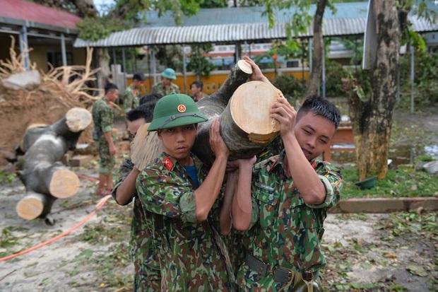 Quân đội Huế khẩn trương dọn dẹp, khắc phục sự cố sau bão số 5 để học sinh sớm trở lại lớp học - Ảnh 3.