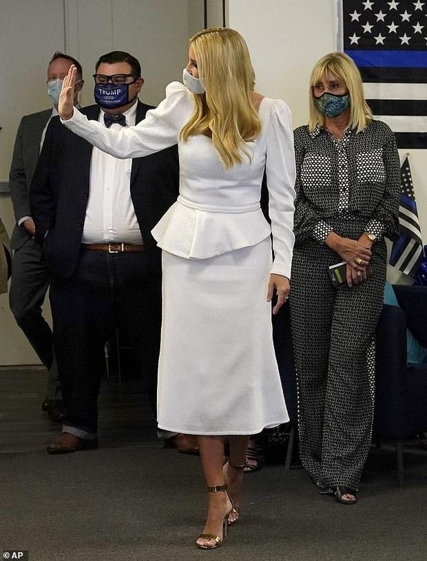 Nữ thần Ivanka Trump bất ngờ bị tố kiêu căng và bị chê lộ nhiều nhược điểm khi chọn trang phục gần 30 triệu đồng - Ảnh 2.