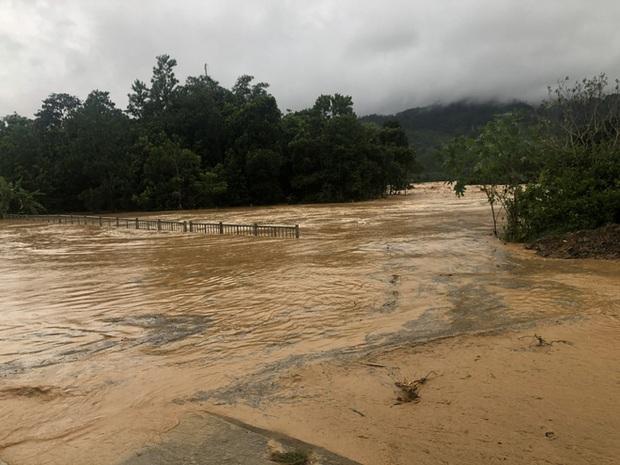 Cảnh sát dũng cảm đi dây trên dòng lũ lớn, cứu 9 người mắc kẹt ở huyện miền núi Quảng Nam - Ảnh 3.