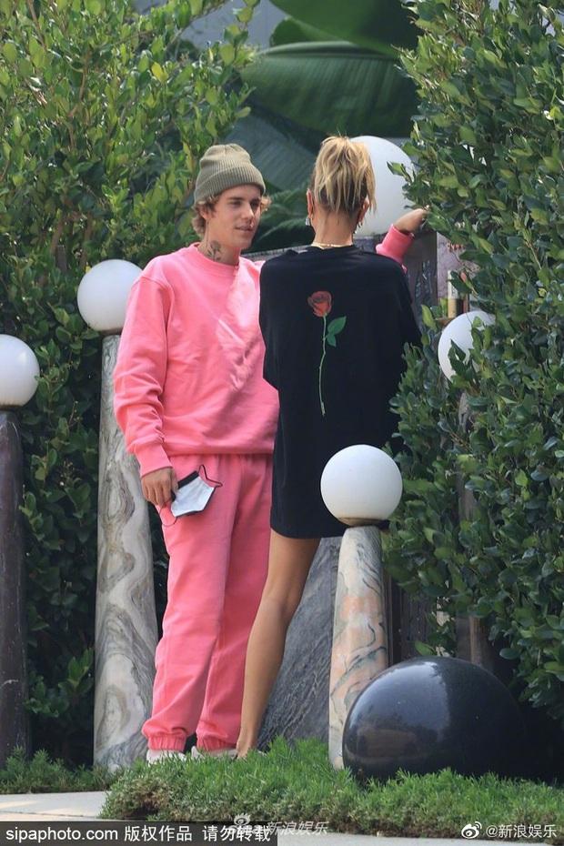 Justin Bieber trở mặt chỉ trong 1 giây: Đang nhìn vợ âu yếm bỗng quay sang lườm paparazzi cháy mặt - Ảnh 2.