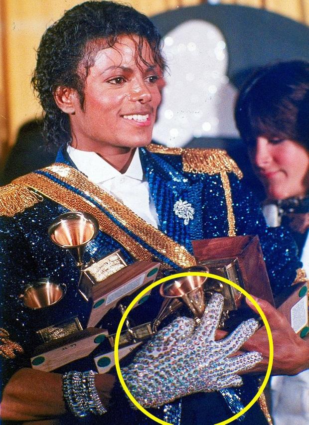 9 bí mật đằng sau trang phục trình diễn của huyền thoại Michael Jackson: Tưởng quái đản nhưng đều có mục đích, số 3 đảm bảo sẽ khiến bạn bất ngờ - Ảnh 3.