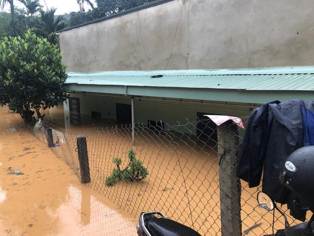 Cảnh sát dũng cảm đi dây trên dòng lũ lớn, cứu 9 người mắc kẹt ở huyện miền núi Quảng Nam - Ảnh 5.