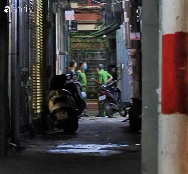 Hà Nội: Công an phá cửa phòng trọ giải cứu cô gái mất máu nguy kịch, nghi do cắt tay tự tử vì tình - Ảnh 4.