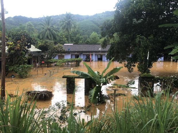 Cảnh sát dũng cảm đi dây trên dòng lũ lớn, cứu 9 người mắc kẹt ở huyện miền núi Quảng Nam - Ảnh 7.