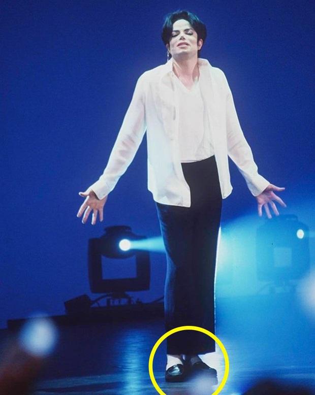 9 bí mật đằng sau trang phục trình diễn của huyền thoại Michael Jackson: Tưởng quái đản nhưng đều có mục đích, số 3 đảm bảo sẽ khiến bạn bất ngờ - Ảnh 6.