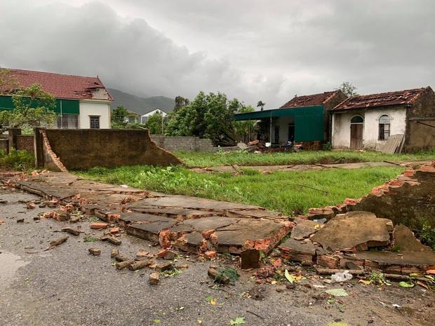 Hàng chục ngôi nhà ở Hà Tĩnh bị tốc mái sau trận lốc xoáy - Ảnh 1.