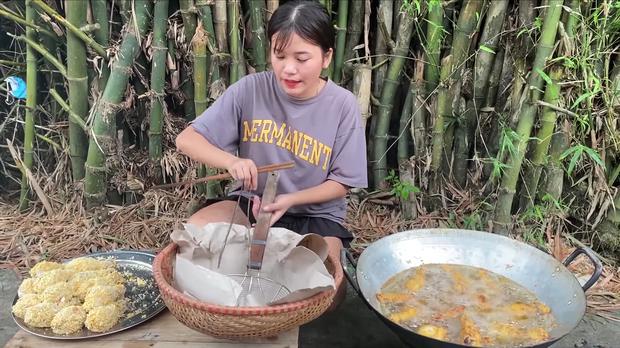 Em gái Hưng Vlog rủ các anh lên nơi nguy hiểm nhất để ngồi ăn gà rán, tim đập thình thịch vẫn ăn uống ngon lành - Ảnh 4.