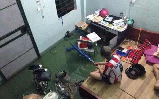 Sinh viên Đà Nẵng khóc ròng nhìn phòng trọ ngập tận mép giường, cả đêm thức trắng tát nước ra ngoài - Ảnh 2.