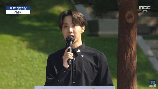 HOT: BTS diện kiến Tổng thống Moon Jae In tại Nhà Xanh nhân sự kiện trọng đại xứ Hàn, hộp quà tím còn gây chú ý hơn cả bữa tiệc visual - Ảnh 13.