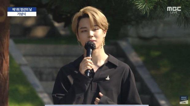 HOT: BTS diện kiến Tổng thống Moon Jae In tại Nhà Xanh nhân sự kiện trọng đại xứ Hàn, hộp quà tím còn gây chú ý hơn cả bữa tiệc visual - Ảnh 11.