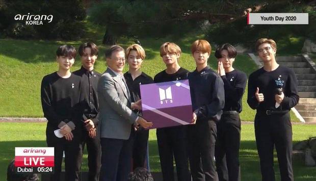 HOT: BTS diện kiến Tổng thống Moon Jae In tại Nhà Xanh nhân sự kiện trọng đại xứ Hàn, hộp quà tím còn gây chú ý hơn cả bữa tiệc visual - Ảnh 6.