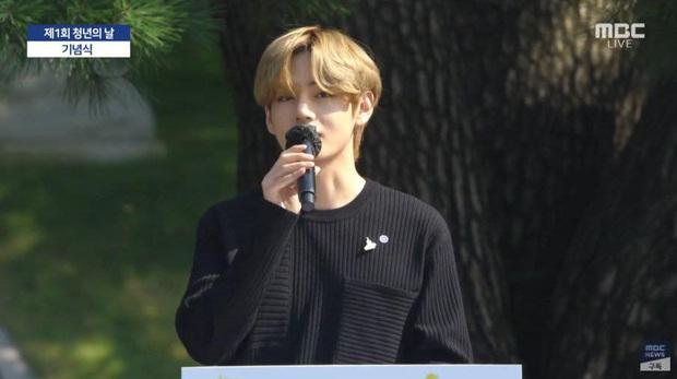 HOT: BTS diện kiến Tổng thống Moon Jae In tại Nhà Xanh nhân sự kiện trọng đại xứ Hàn, hộp quà tím còn gây chú ý hơn cả bữa tiệc visual - Ảnh 10.