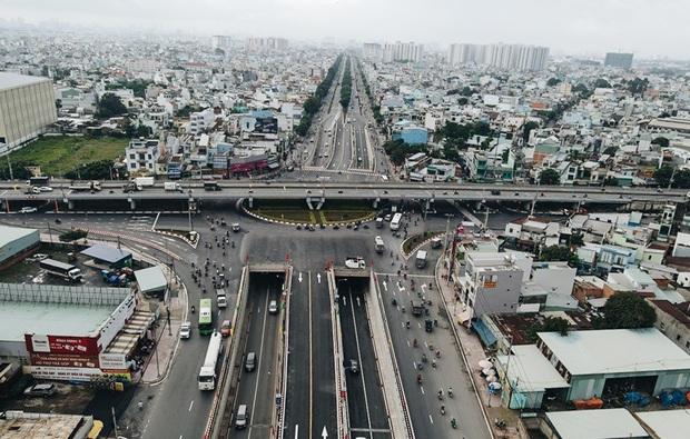 """Cận cảnh nút giao 3 tầng """"cực xịn"""" ở Sài Gòn trị giá hơn 500 tỷ đồng vừa được hoàn thành, có cả cầu đi bộ  - Ảnh 1."""