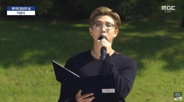 HOT: BTS diện kiến Tổng thống Moon Jae In tại Nhà Xanh nhân sự kiện trọng đại xứ Hàn, hộp quà tím còn gây chú ý hơn cả bữa tiệc visual - Ảnh 9.