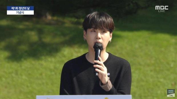 HOT: BTS diện kiến Tổng thống Moon Jae In tại Nhà Xanh nhân sự kiện trọng đại xứ Hàn, hộp quà tím còn gây chú ý hơn cả bữa tiệc visual - Ảnh 8.