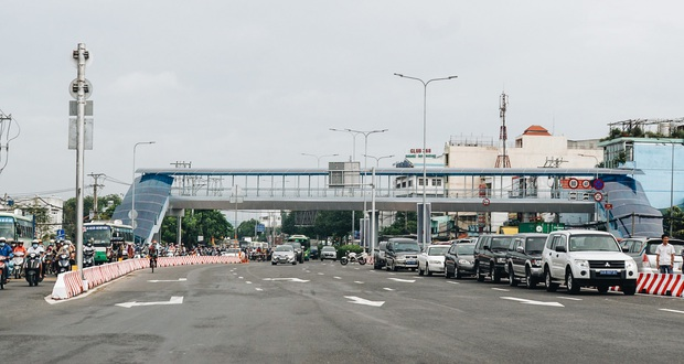 """Cận cảnh nút giao 3 tầng """"cực xịn"""" ở Sài Gòn trị giá hơn 500 tỷ đồng vừa được hoàn thành, có cả cầu đi bộ - Ảnh 2."""