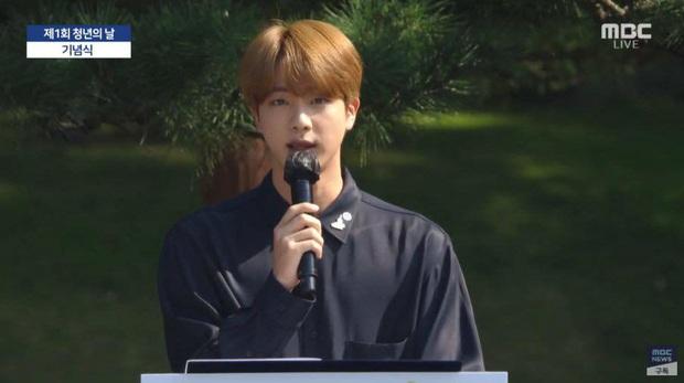 HOT: BTS diện kiến Tổng thống Moon Jae In tại Nhà Xanh nhân sự kiện trọng đại xứ Hàn, hộp quà tím còn gây chú ý hơn cả bữa tiệc visual - Ảnh 7.
