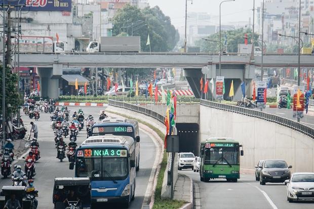 """Cận cảnh nút giao 3 tầng """"cực xịn"""" ở Sài Gòn trị giá hơn 500 tỷ đồng vừa được hoàn thành, có cả cầu đi bộ - Ảnh 10."""