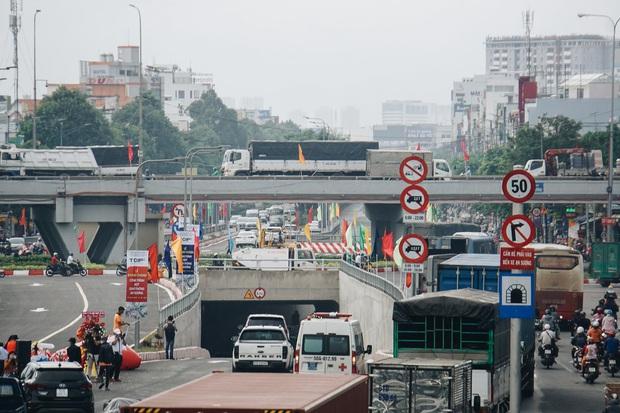 """Cận cảnh nút giao 3 tầng """"cực xịn"""" ở Sài Gòn trị giá hơn 500 tỷ đồng vừa được hoàn thành, có cả cầu đi bộ  - Ảnh 7."""
