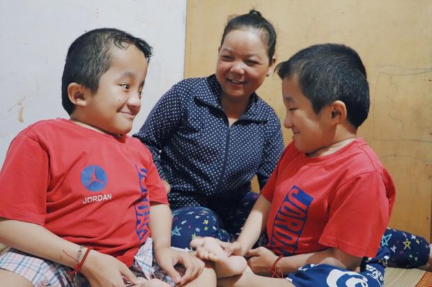 Đôi song sinh khuyết tật 14 tuổi hát cực hay, theo mẹ bán vé số khắp Sài Gòn: Cha tụi con mất rồi, chỉ còn có mẹ thôi - Ảnh 14.