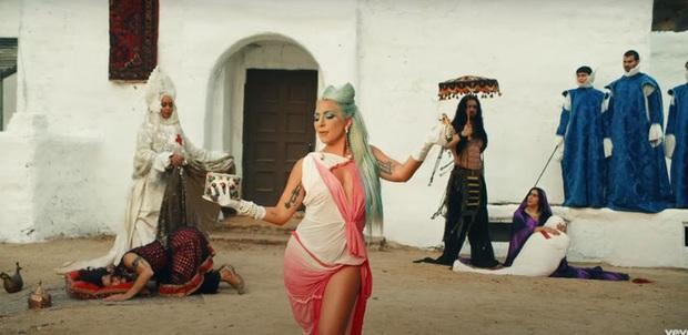 Xem tới xem lui MV mới của Lady Gaga rồi buông một tiếng thở dài vì ngoài nhạc giật đùng đùng ra thì fan chẳng hiểu gì cả? - Ảnh 6.