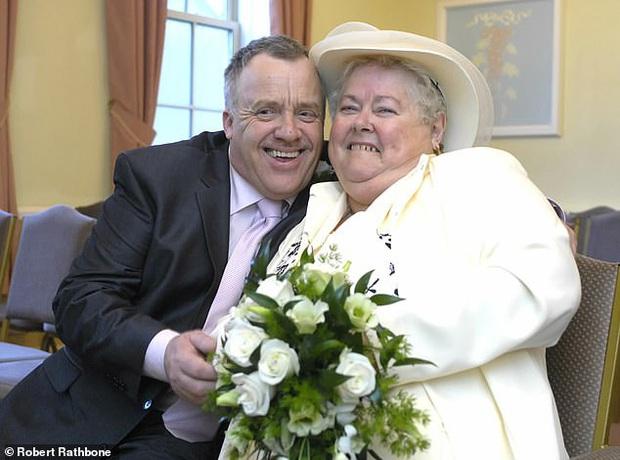 Con gái cay cú nhìn chồng cũ thành hôn với mẹ vợ, làm thay đổi bộ luật cổ đã tồn tại suốt 500 năm qua tại Anh - Ảnh 1.