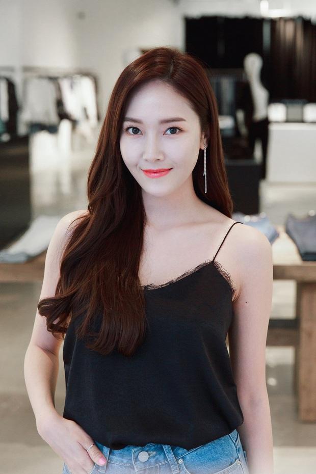 Jessica bị phản đối kịch liệt khi tiết lộ nhân vật phản diện trong tiểu thuyết, dáng hình mô tả nhắm thẳng vào kẻ thù Taeyeon? - Ảnh 9.