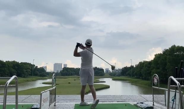 Trọng Hưng bước vào đường đua sân golf, tập miệt mài thế này lại chẳng mấy chốc mà lên tay - Ảnh 4.