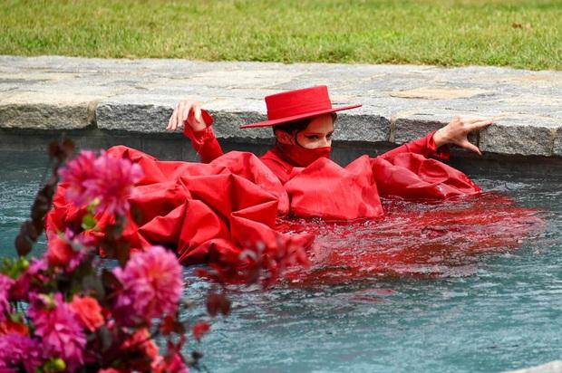 Siêu mẫu Coco Rocha đang catwalk bỗng... lội xuống bể bơi, nể nhất là chị còn đang mang bầu 7 tháng - Ảnh 1.