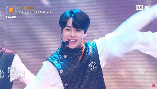 Hanbin quay trở lại I-LAND: Hát nhảy rạng rỡ sáng cả khung hình nhưng fan lại thấy may mắn vì anh chàng đã... bị loại! - Ảnh 1.