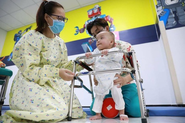 Trúc Nhi - Diệu Nhi hồn nhiên chơi đồ hàng sau 2 tháng phẫu thuật tách dính, nụ cười rạng rỡ và đáng yêu - Ảnh 3.