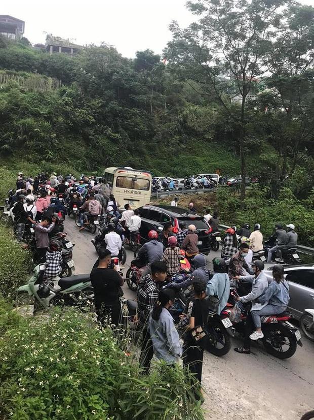 Đường lên Tam Đảo thất thủ ngày 2/9, hàng nghìn thanh niên mệt mỏi vì ùn tắc nhiều km - Ảnh 1.