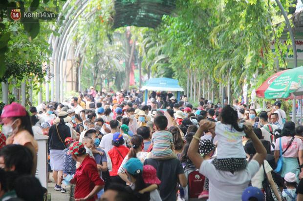ẢNH: Thảo Cầm Viên đông nghẹt, hàng ngàn người dân đổ về vui chơi dịp 2/9 sau lời kêu gọi giải cứu bầy thú - Ảnh 1.