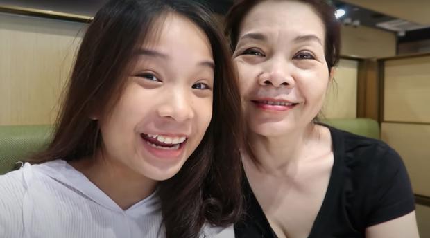 Tiểu thư YouTuber - Thiên Thư khoe mẹ siêu tâm lý, cùng nhau shopping rồi chụp ảnh sống ảo xịn lắm luôn - Ảnh 2.