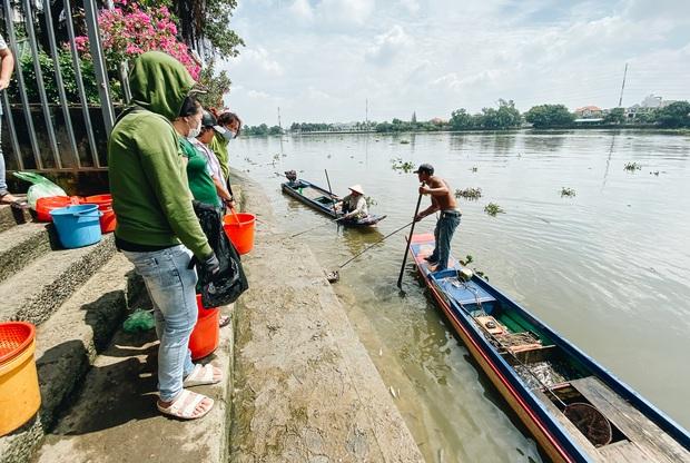 Ảnh, clip: Bất lực đứng nhìn đội quân chích điện vớt cả trăm ký cá phóng sinh trước mặt để bán lại với giá 50.000 đồng/kg - Ảnh 8.